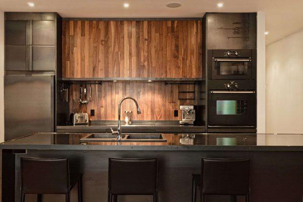 фартук из натурального дерева в интерьере кухни