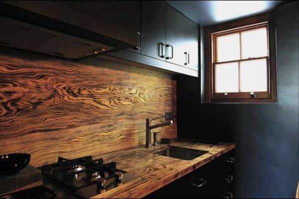 фартук из массива дерева в интерьере кухни
