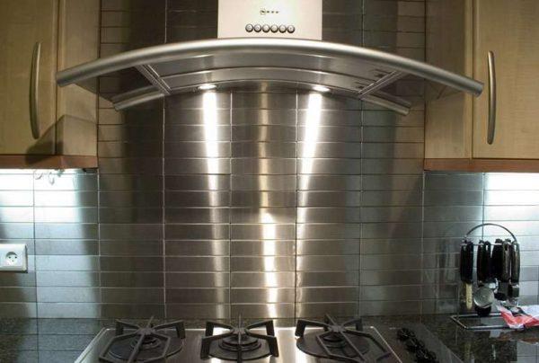 металлический фартук в интерьере кухни