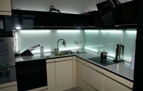 стеклянный фартук в интерьере кухни с подсветкой