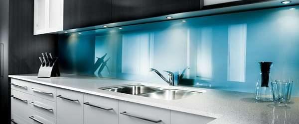 голубой фартук из стекла в интерьере кухни