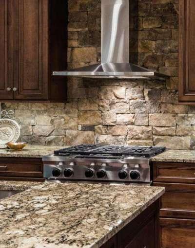 фартук из натурального камня в интерьере кухни