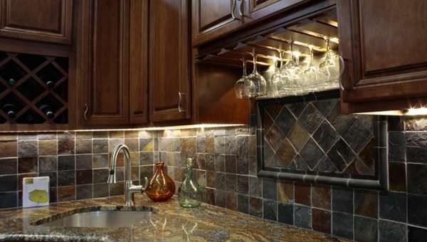 фартук из серого кафеля в интерьере кухни