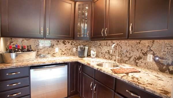 фартук из мрамора в интерьере кухни