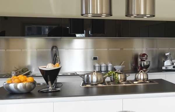 металлический фартук над рабочей зоной кухни