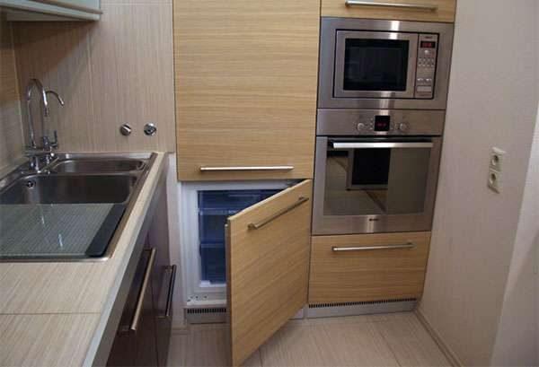 Встраиваемый холодильник на кухне
