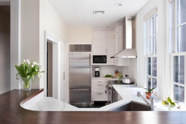 компактный и удобный холодильник на кухне