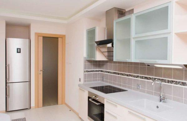 узкий холодильник на кухне