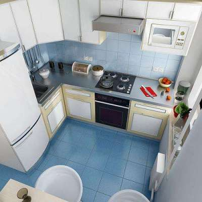 холодильник у дверей на маленькой кухне