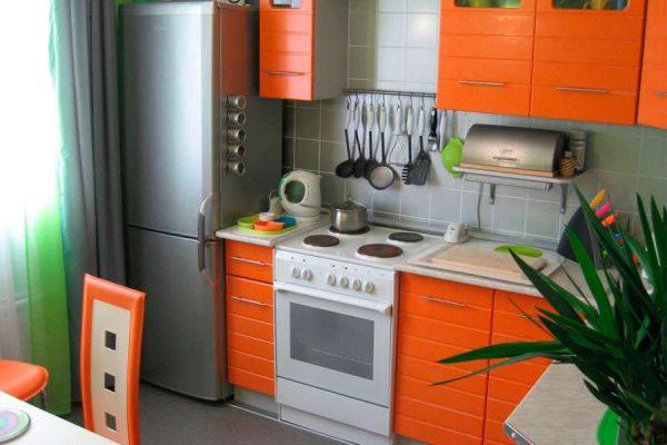 Холодильник для маленькой кухни у окна