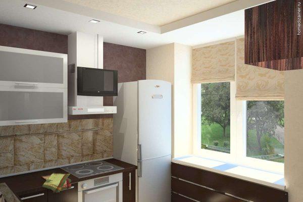 холодильник у окна на маленькой кухне
