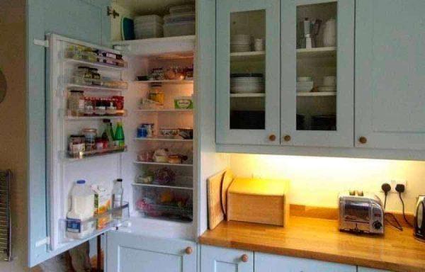 встроенный холодильник на маленькой кухне
