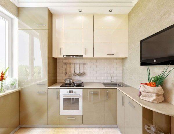 встроенный холодильник на маленькой кухне у окна