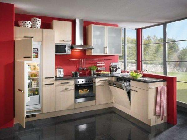 встроенный бежевый холодильник на маленькой кухне