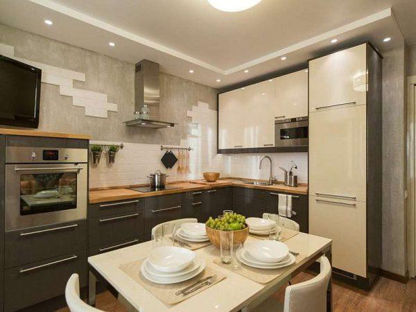 встроенный холодильник у дверей на маленькой кухне