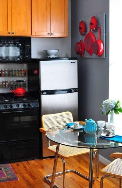 Как разместить холодильник на маленькой кухне фото
