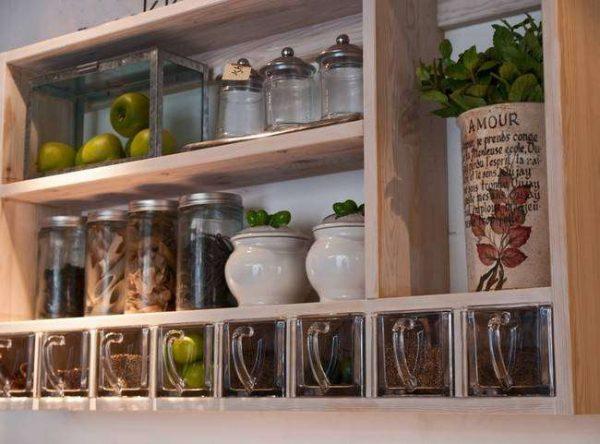 баночки с пряностями на кухне в итальянском стиле
