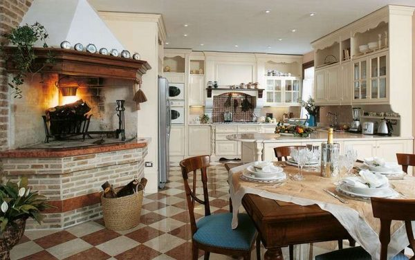 камин на кухне в итальянском стиле