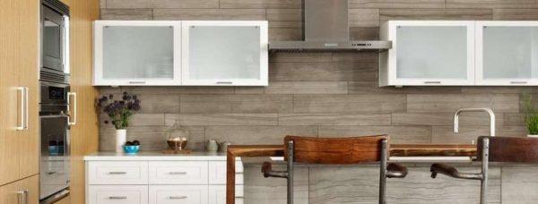 кафель под дерево на стене кухни