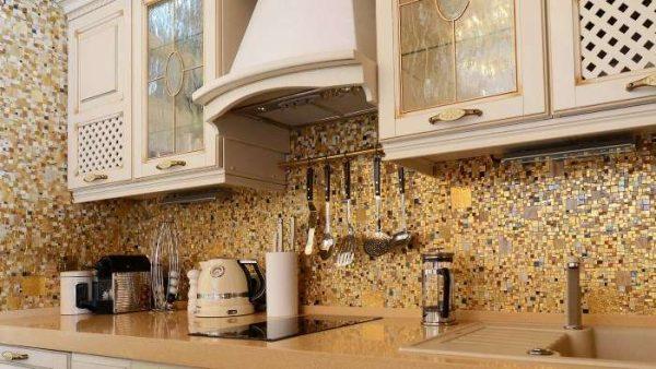 фартук из мозаики из плитки на кухне