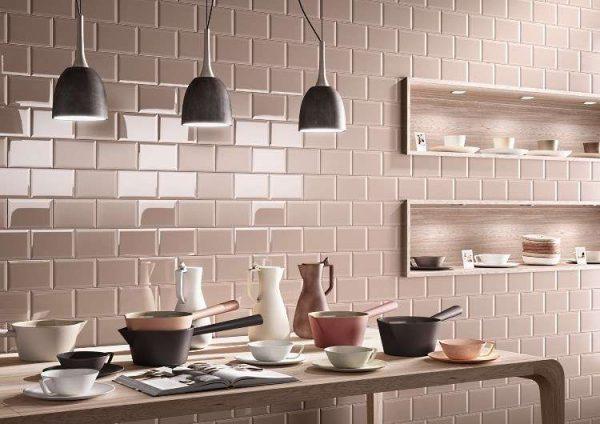прямоугольная глянцевая плитка на кухне