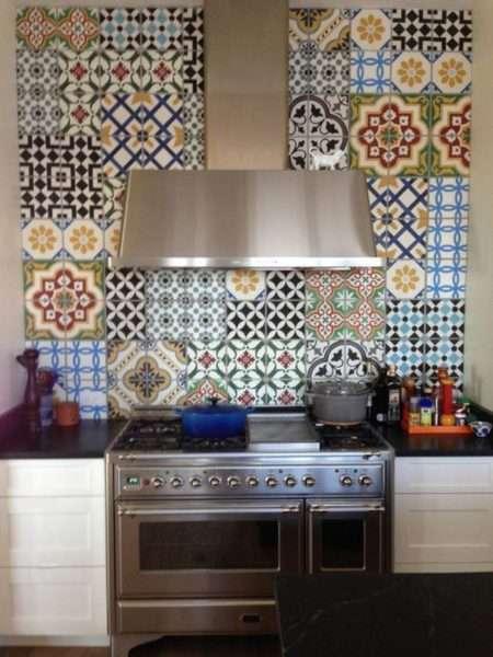 стильная отделка стены на кухне из кафеля