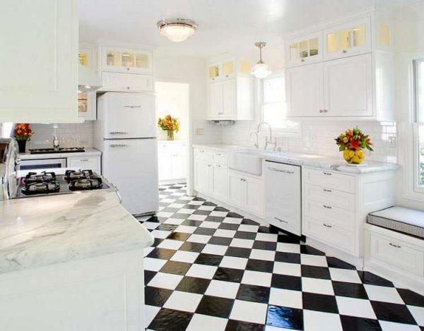 плитка в шахматном порядке на кухне