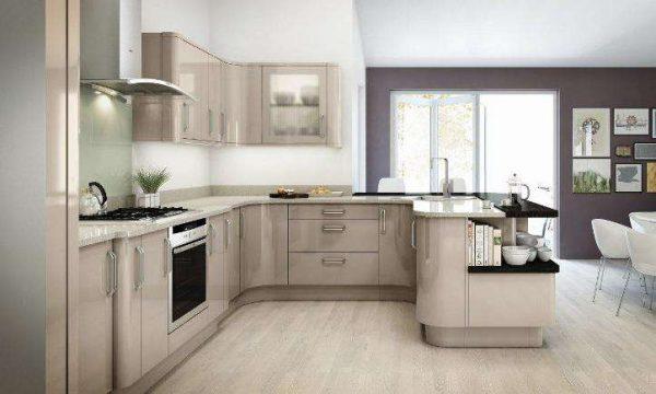 белые и фиолетовые стены на кухне цвета кофе с молоком с глянцевыми фасадами