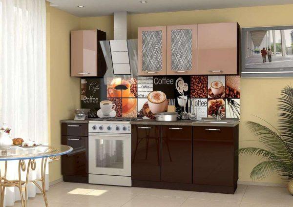 мебель на кухне цвета кофе с молоком и шоколадом с глянцевыми фасадами