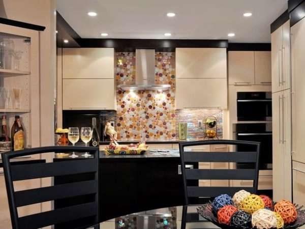 кухня цвета кофе с молоком с глянцевыми фасадами и чёрным низом