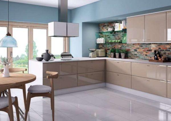 голубые стены на кухне кофе с молоком с глянцевыми фасадами