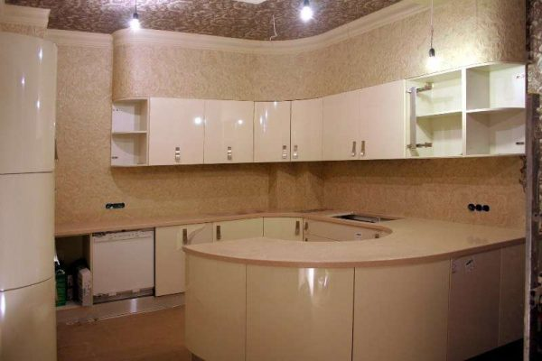 кухня цвета кофе с молоком с округлыми торцами