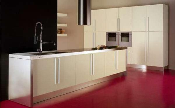 кухня без верхних шкафов ф стиле хай тек с шкафом колоной