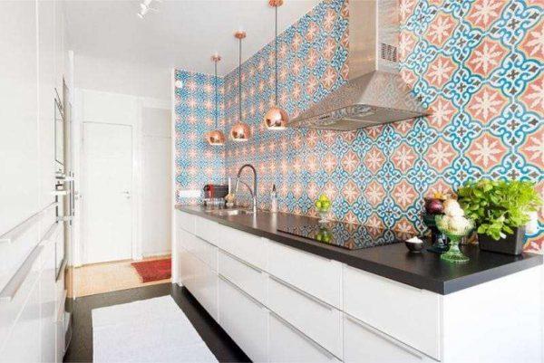 стильный фартук из плитки на кухне без навесных шкафов