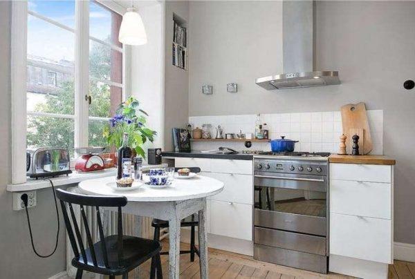 кухня без верхних шкафов с вытяжкой