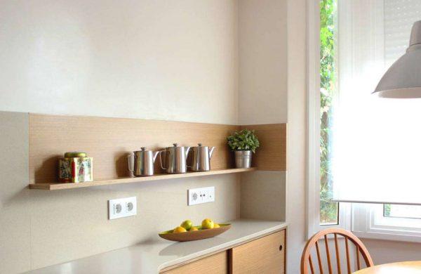 кухня с открытыми полками без верхних шкафов