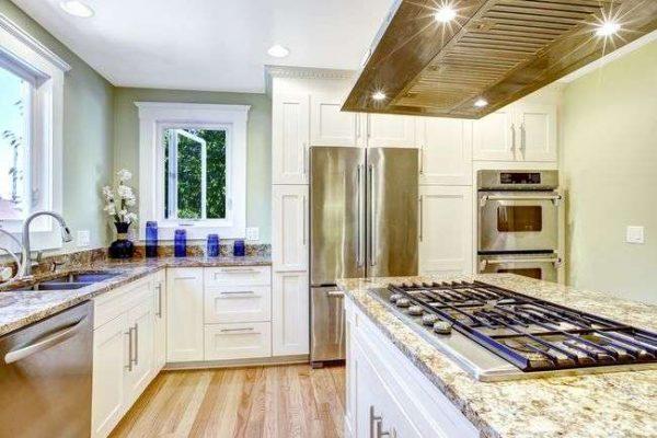 угловая кухня с островом без верхних шкафов