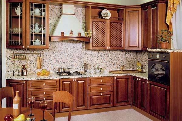 кухонный гарнитур под дерево в классическом стиле