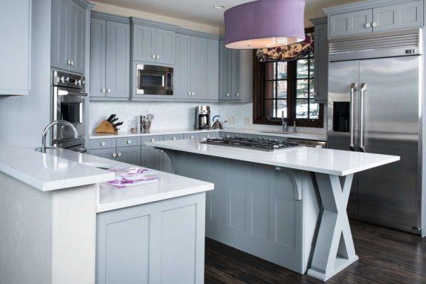 П-образная кухня серого цвета