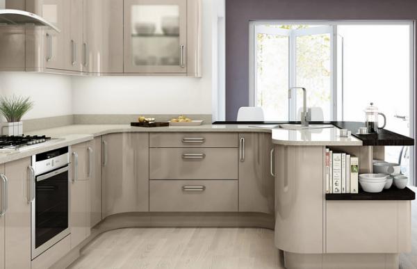 кухонный гарнитур с серыми глянцевыми панелями