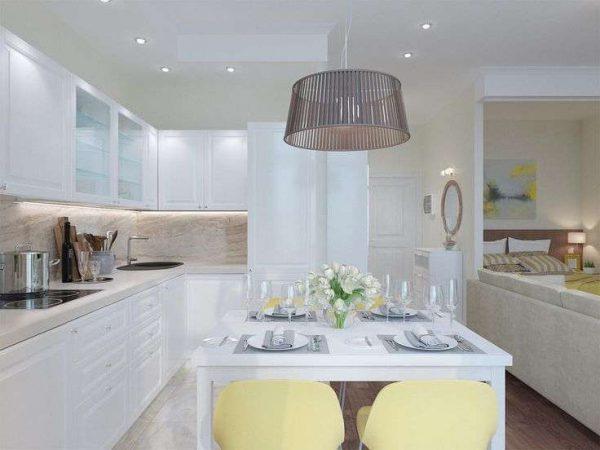 белый кухонный гарнитур со встроенным освещением