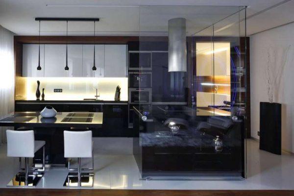 стильный кухонный гарнитур с прозрачной перегородкой