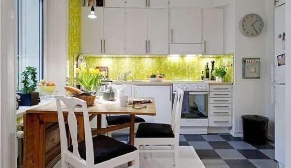 белый кухонный гарнитур с зелёным фартуком