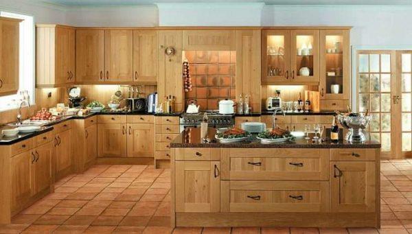 светлая кухня из дерева с островом