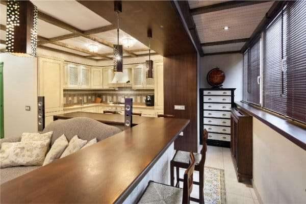 использование подоконника в качестве барной стойки на кухне на балконе или лоджии