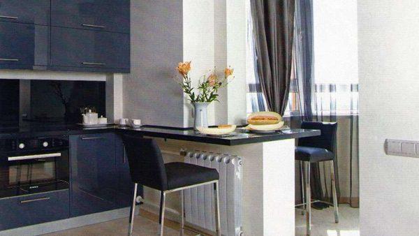использование подоконника в качестве стола на кухне-балконе