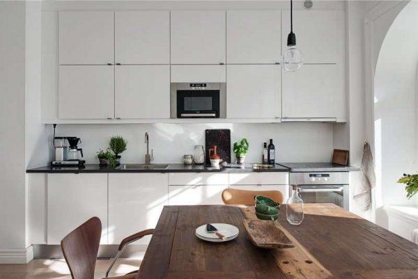 простая однорядная кухня белого цвета