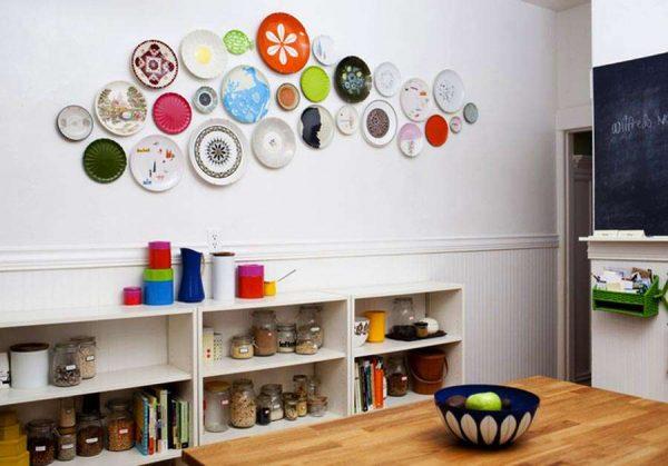 интерьер простой кухни с настенным декором