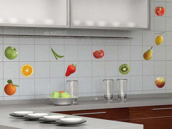 интерьер простой кухни с фартуком из кафеля