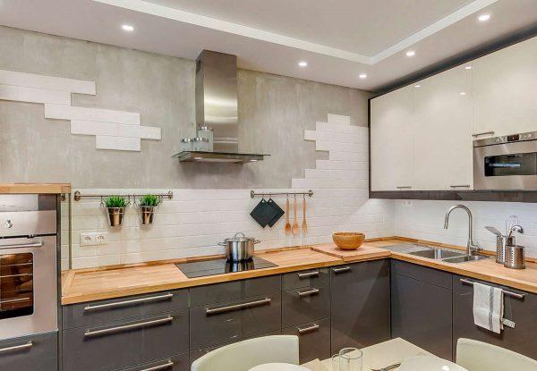угловая серая кухня с плиткой